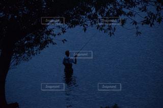 湖でバス釣りしている男の写真・画像素材[900672]