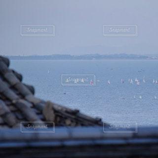 近くに水の体の横にボートのアップの写真・画像素材[900719]