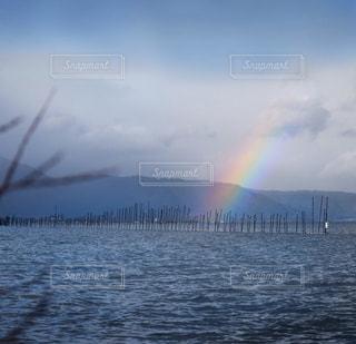 水の体の上の虹の写真・画像素材[900753]