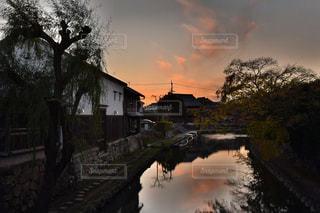 川に橋を渡る列車の写真・画像素材[927871]