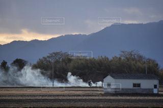 それから出てくる煙とトラックの鉄道の写真・画像素材[956397]