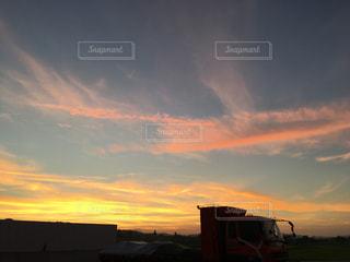 夕焼け空に浮かぶ雲の写真・画像素材[1369089]