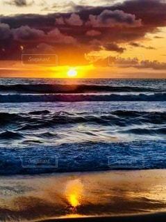 ビーチに沈む夕日の写真・画像素材[3376748]