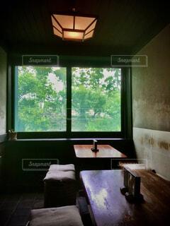 窓辺のテーブルの写真・画像素材[4858305]