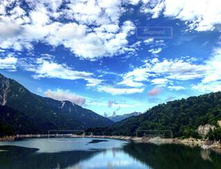 山と鏡面の写真・画像素材[4883655]