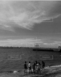 モノクロの青春の写真・画像素材[4915467]