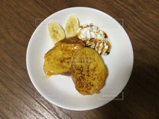 テーブルの上に食べ物のプレートの写真・画像素材[1022445]
