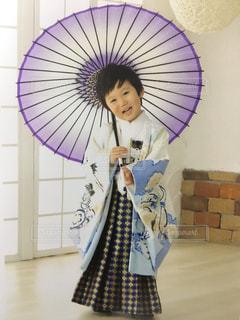 ピンクの傘を持った女性 - No.879891