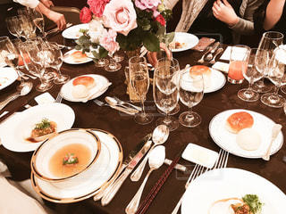 夕食のテーブルに座っている人々 のグループの写真・画像素材[890686]