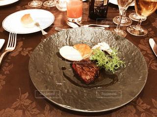 テーブルの上に食べ物のプレートの写真・画像素材[890687]