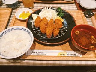 テーブルの上に食べ物のプレートの写真・画像素材[919466]