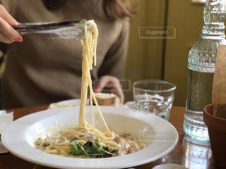 スパゲティをすくう女性の写真・画像素材[1707199]