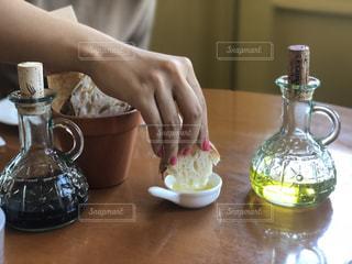パンにオリーブオイルをつける手の写真・画像素材[1707200]