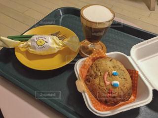 食品とコーヒーのカップのトレイの写真・画像素材[1708685]