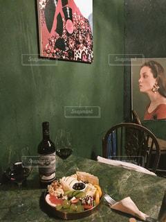テーブルの上のワインボトルとチーズの写真・画像素材[1712035]