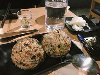 テーブルの上に食べ物のプレートの写真・画像素材[1717568]