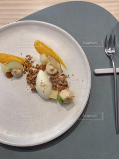 テーブルの上に食べ物のプレートの写真・画像素材[1730751]