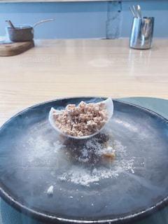 テーブルの上に食べ物のプレートの写真・画像素材[1730752]