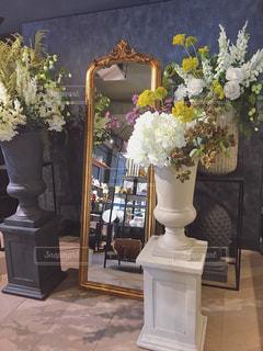 テーブルの上の花の花瓶の写真・画像素材[1739128]