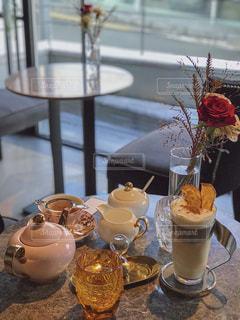 テーブルの上の花の花瓶の写真・画像素材[1739129]