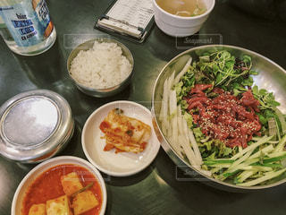テーブルの上に食べ物のボウルの写真・画像素材[1761402]