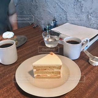 皿とショートケーキの写真・画像素材[2382376]