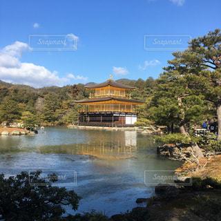 水の体の上の金閣寺の写真・画像素材[1090486]