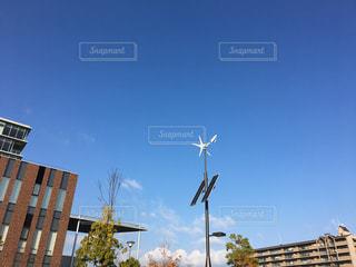 青空に映える小型のソーラーパネル、風力発電の写真・画像素材[891776]