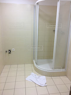ガラス シャワーのドア付きのバスルームの写真・画像素材[908648]