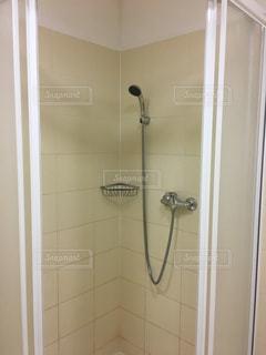 バスルームには小さな部屋でシャワーの中を歩くの写真・画像素材[908649]
