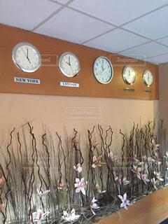天井からぶら下がっている時計の写真・画像素材[908650]