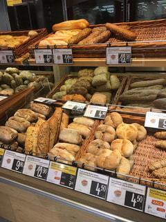 さまざまな種類のパンでいっぱいディスプレイ ケースの写真・画像素材[908653]