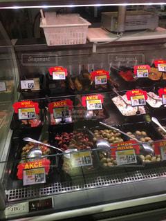 食品のさまざまな種類の多くでいっぱいストアの写真・画像素材[908657]