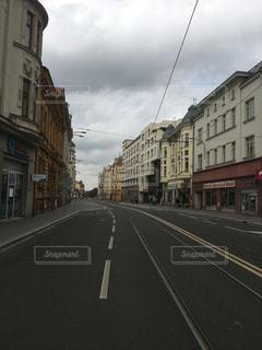 道の端に建物と狭い街の写真・画像素材[908681]