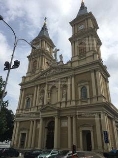 建物の前面に時計が付いている教会の写真・画像素材[908692]