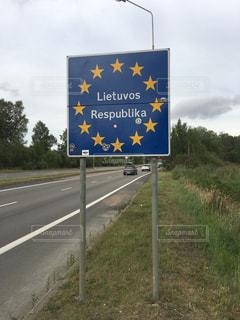 道の端にサイン リトアニアの写真・画像素材[914521]