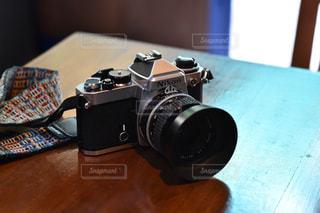 テーブルの上のカメラの写真・画像素材[879719]