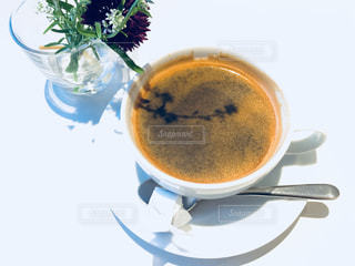 花とコーヒーの写真・画像素材[1197924]