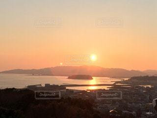 水の体に沈む夕日の写真・画像素材[880588]