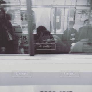 電車に乗る人の写真・画像素材[882511]