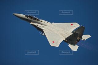 青い空を飛んでいるジェット戦闘機2の写真・画像素材[953789]