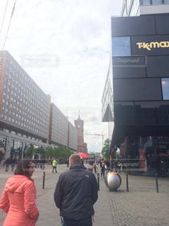 街の通りを歩いている人のグループの写真・画像素材[880648]
