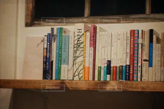 本棚は本でいっぱいの写真・画像素材[880934]