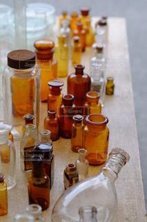 テーブルにガラスの瓶のグループの写真・画像素材[881338]