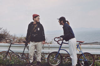 自転車に座っている人々 のカップルの写真・画像素材[914815]