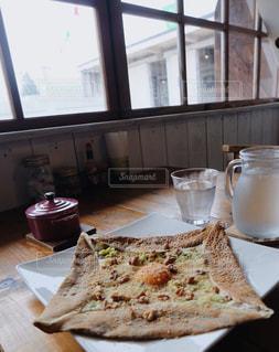 スライスと食品のプレートを窓からカットの写真・画像素材[1078278]
