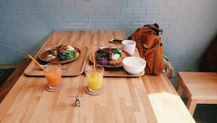 木製のテーブルにオレンジ ジュースのガラス - No.1078291