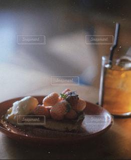 テーブルの上の食べ物の皿のクローズアップの写真・画像素材[2917519]