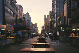 にぎやかな街の通りのクローズアップの写真・画像素材[2917532]