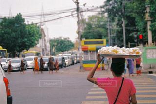 通りを歩いている人の写真・画像素材[2917558]